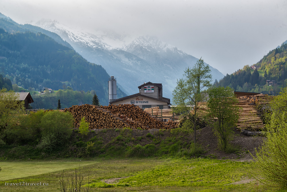 лесопилка в городе Айнет по дороге из Австрии в Хорватию через Альпы