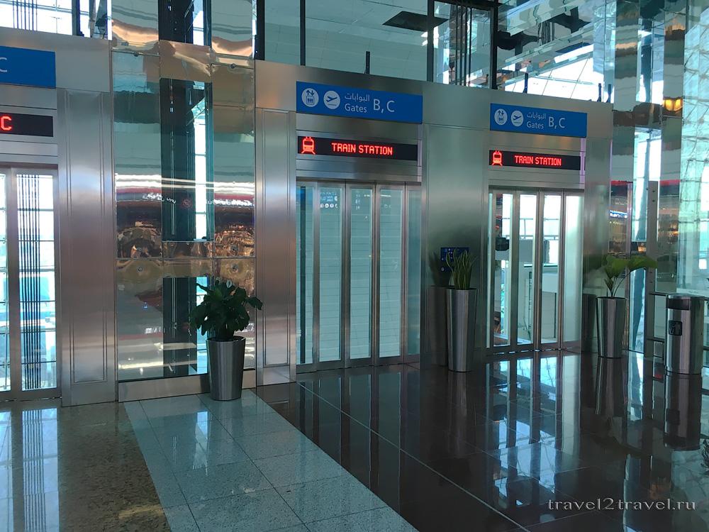 лифты к электропоезду курсирующему между терминалами в международном аэропорту Дубая