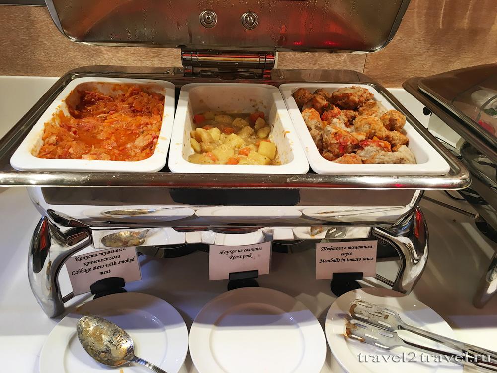 горячие блюда шведского стола в бизнес-зале Блюз (Blues)