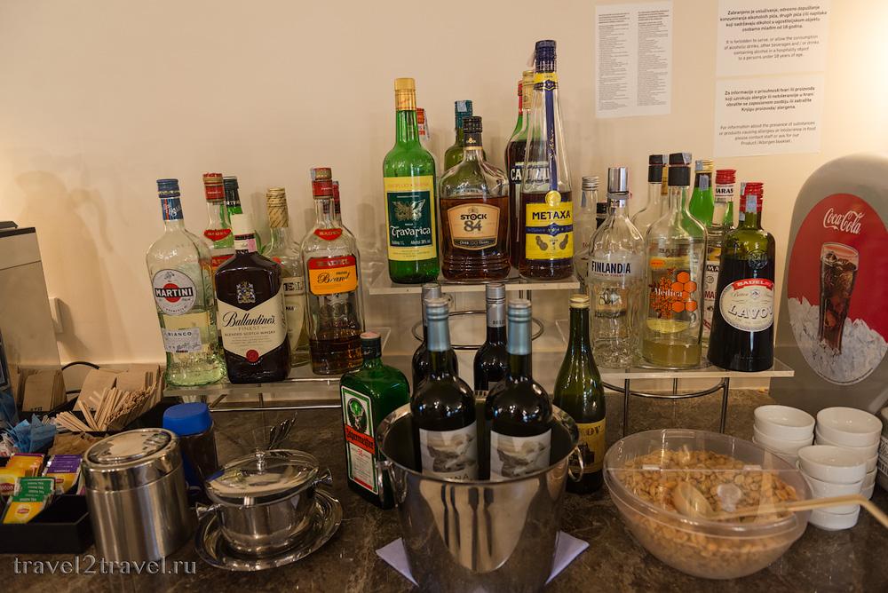 Алкогольные напитки в бизнес-зале Primeclass Lounge в аэропорту Загреба