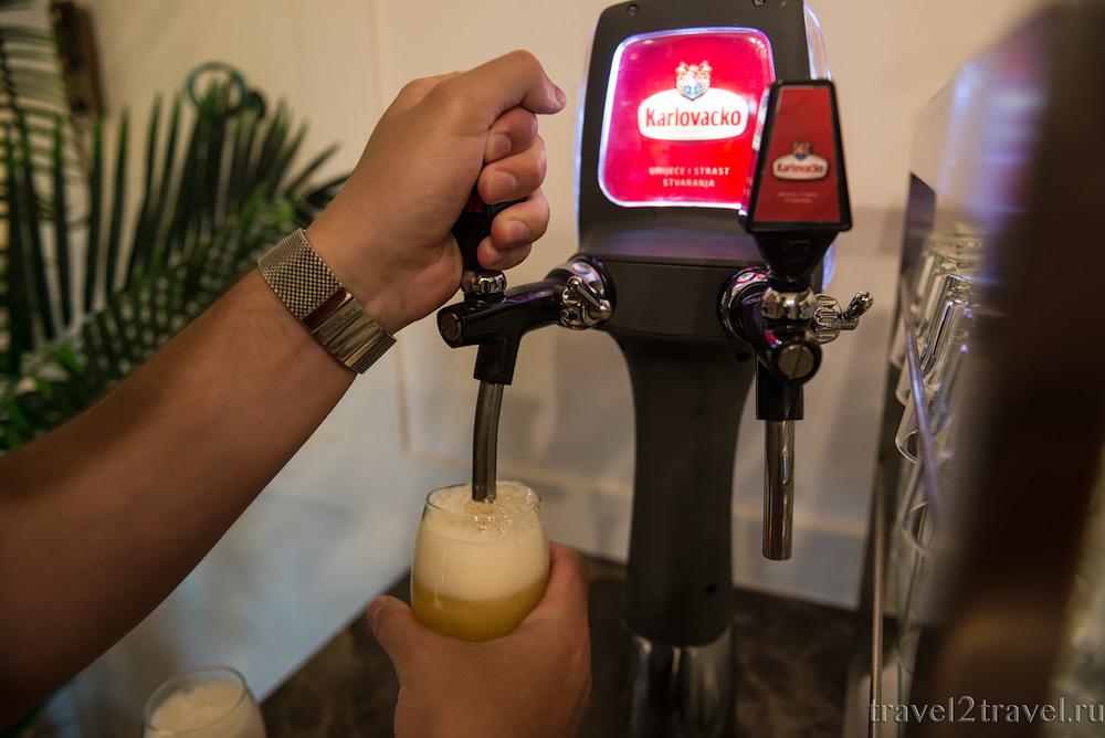 Алкогольные напитки в бизнес-зале Primeclass Lounge в аэропорту Загреба, пиво