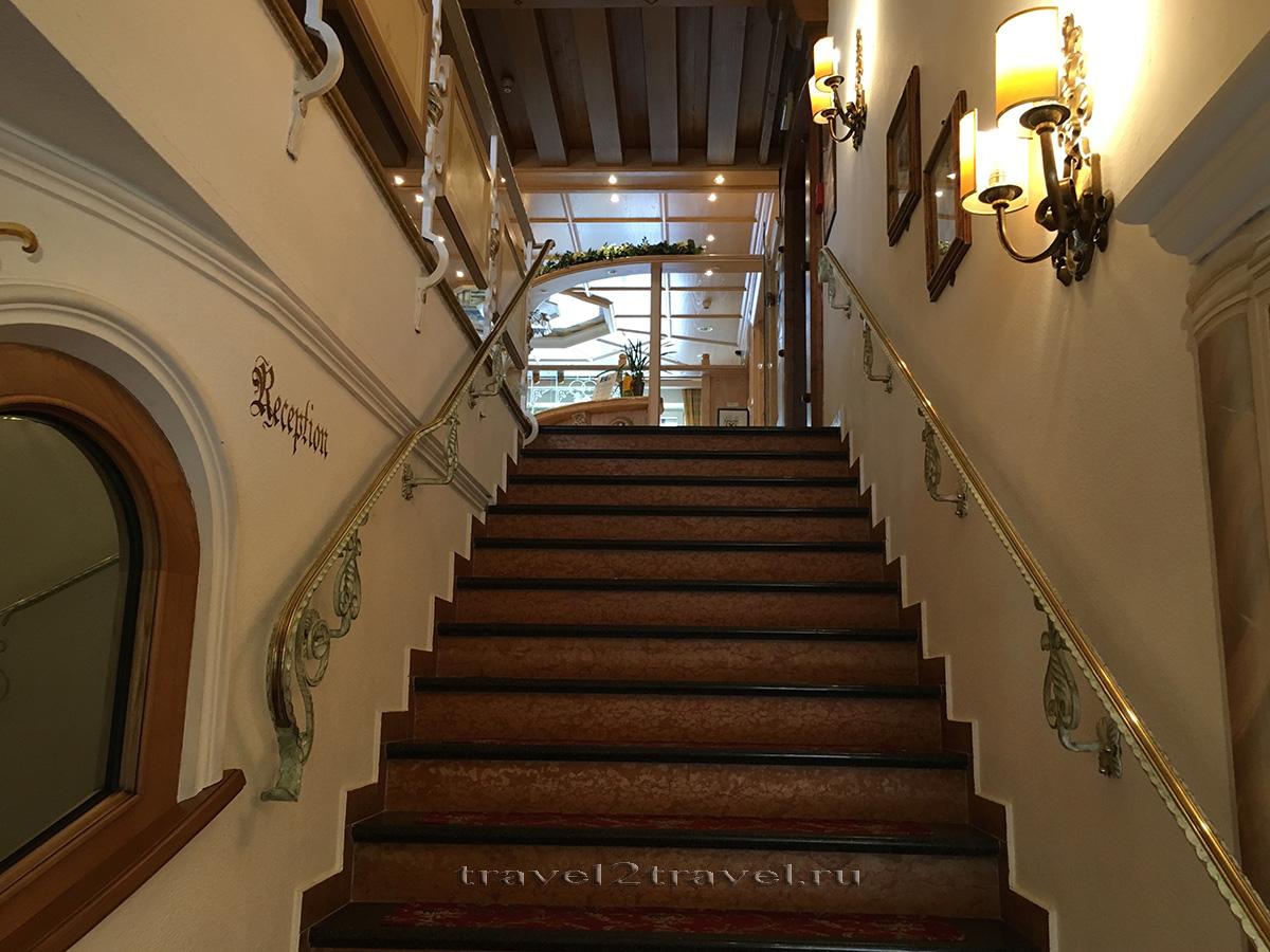 Лестница на ресепшн отеля Gletscher & Spa Neuhintertux Hotel