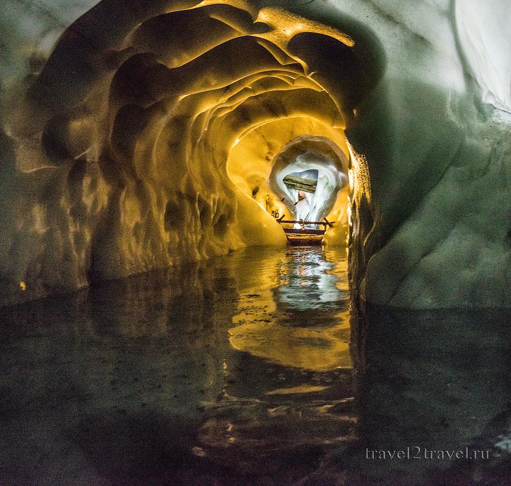 Подземное озеро в Ледяном дворце ледника Хинтертукс.