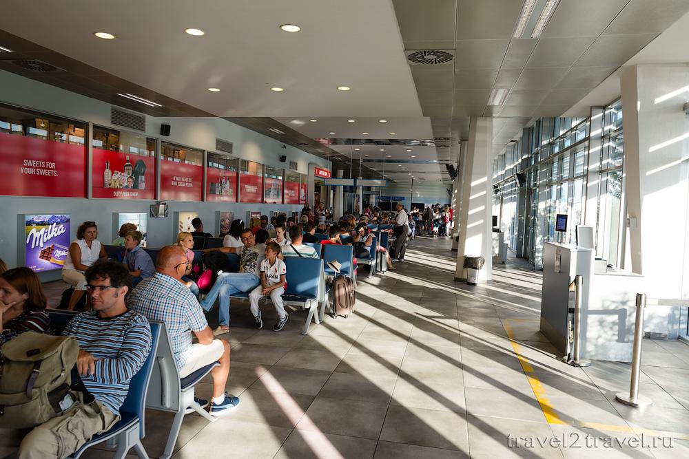 зал ожидания в чистой зоне в аэропорту Тивата