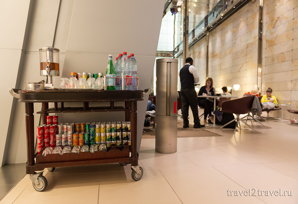 Напитки, бизнес-зал в Дохе Al Maha Transit Lounge в международном аэропорту Hamad, Катар