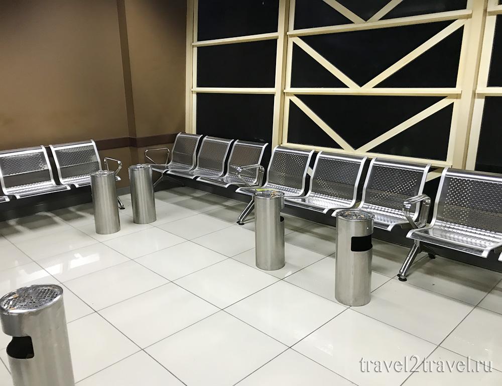 курительная комната в международном терминале аэропорта Мале, Мальдивы
