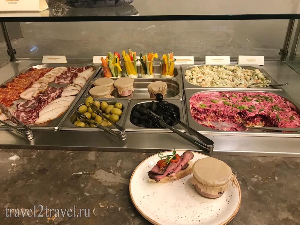 питание, салаты и холодные закуски бизнес-зал Mastercard Lounge терминал E Шереметьево